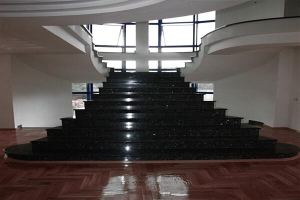 Cầu thang không tay vịn ốp đá hoa cương